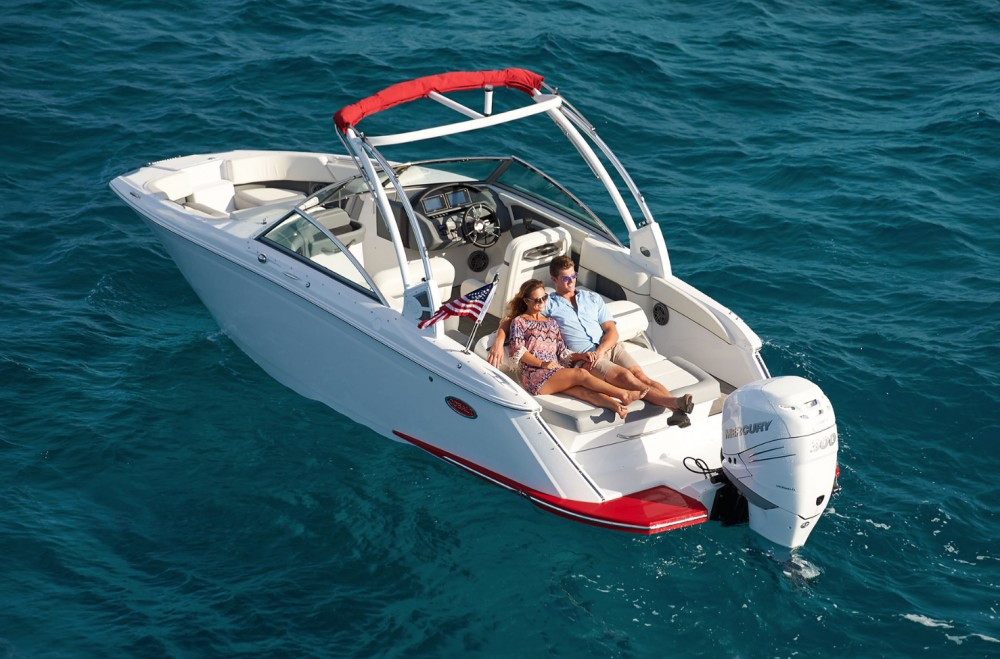 At the stern, the 25SC comes fitted with a wide rear bench that converts to an aft-facing sun pad and lounge.