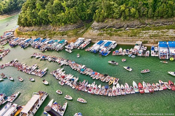 Tie up to your neighbor to join the party at Harmon Creek Party Cove on Lake Cumberland. Photo Courtesy: Jay Nichols/Naples Image via LakeCumberlandPokerRun.net.