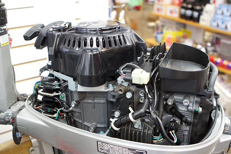 A photo of an outboard engine with its cover off.