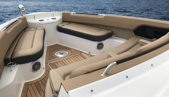 In the bow, the SLX 400 makes room for at least five people thanks to a triple wide forward-facing seat and two forward benches.