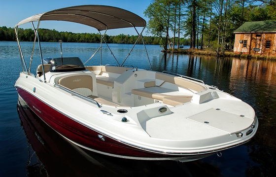 The Stingray 192sc offers a lot in 20 feet -- swimming, fishing, tow-sports, and two great lounging zones. The bimini, with stainless fittings, is standard.
